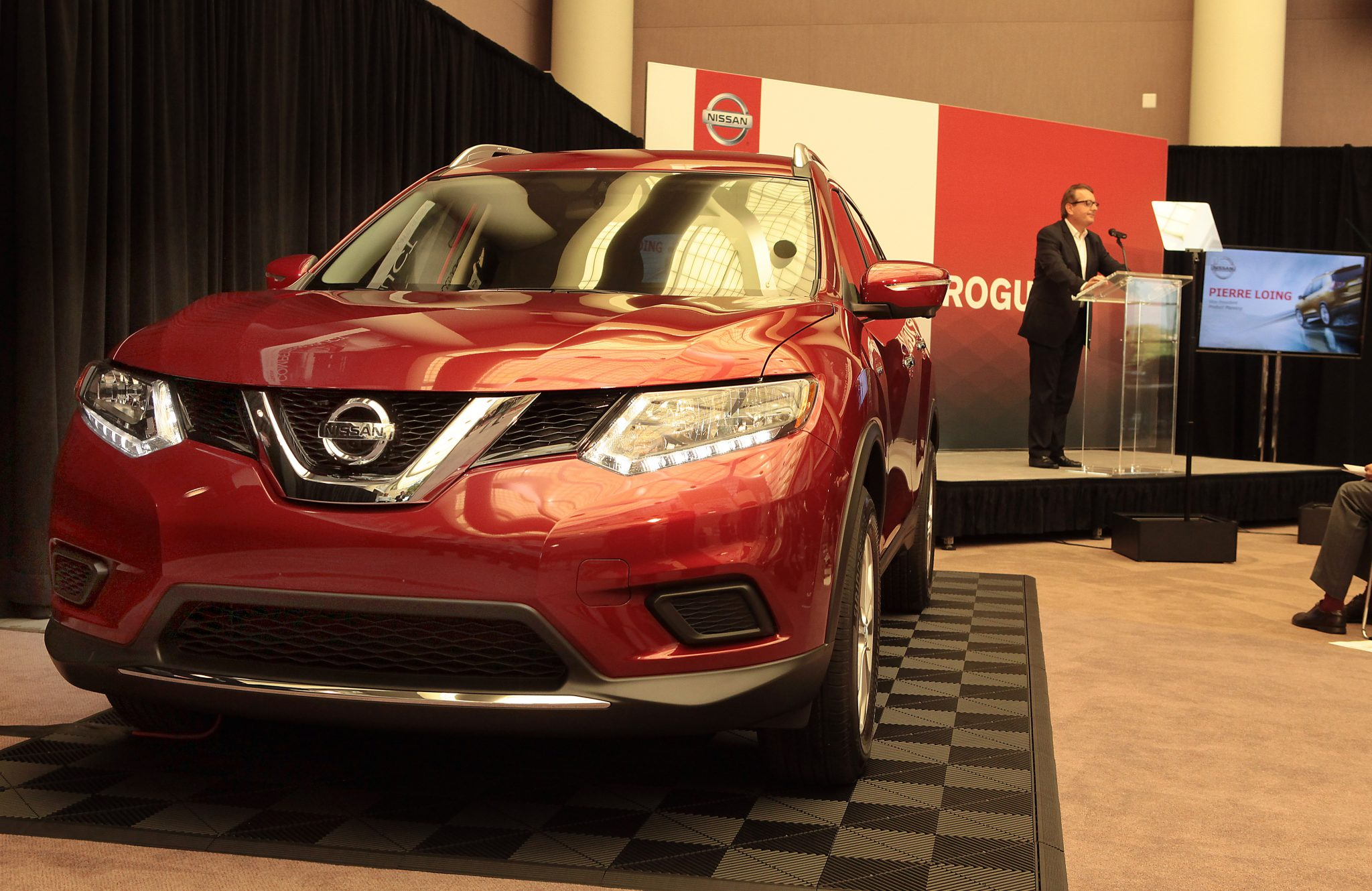 completely redesigned 2014 nissan rogue unveiled the news wheel. Black Bedroom Furniture Sets. Home Design Ideas