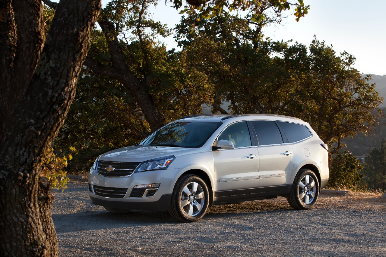 2015 chevrolet traverse ltz white exterior trees grey the news wheel. Black Bedroom Furniture Sets. Home Design Ideas