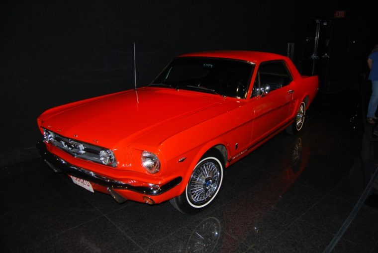 Ford 1964 1/2 Mustang orange red exterior