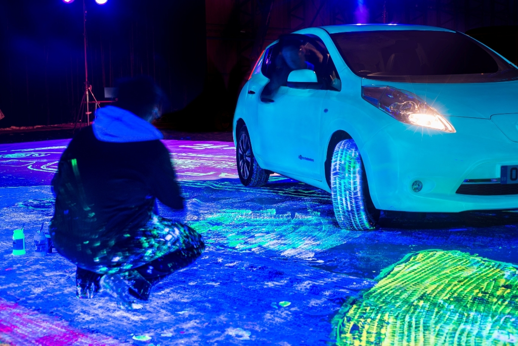 glow in the dark nissan leaf paints itself breaks world record the news wheel. Black Bedroom Furniture Sets. Home Design Ideas