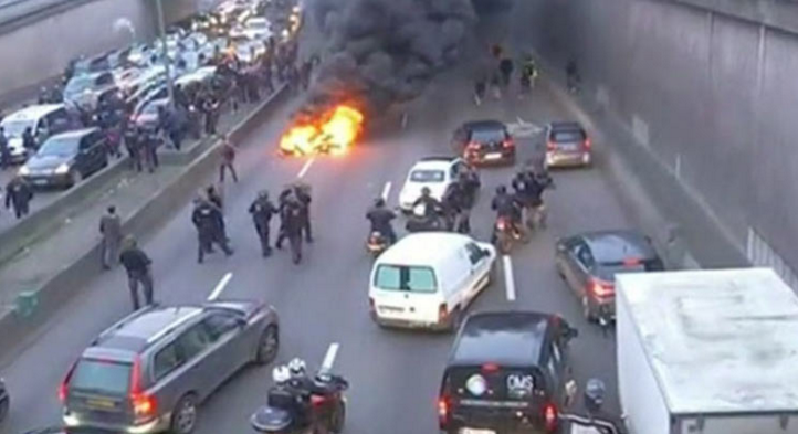 protesting parisian taxi drivers use fire to once again protest uber the news wheel. Black Bedroom Furniture Sets. Home Design Ideas