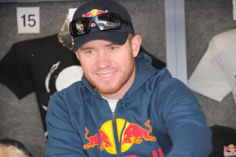 It has been confirmed that driver Brian Vickers will replace the injured Tony Stewart in the Daytona 500
