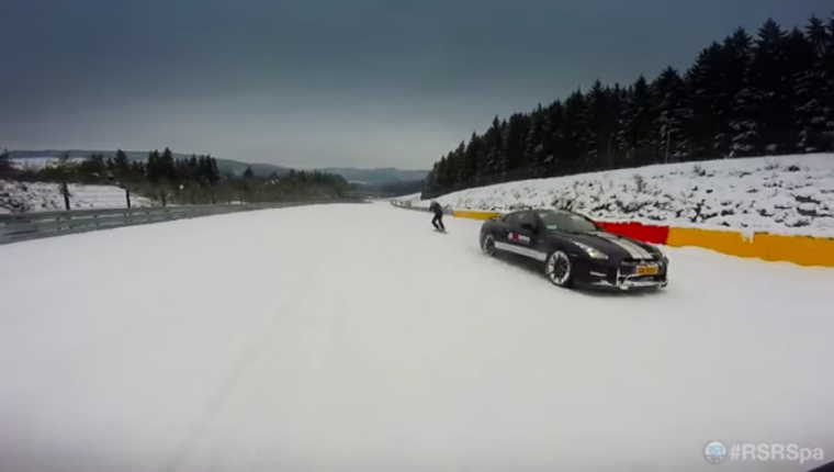 Snowboarding Nissan GT-R