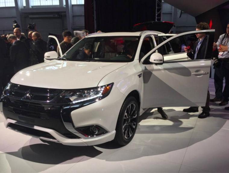 2017 Mitsubishi Outlander PHEV Front End