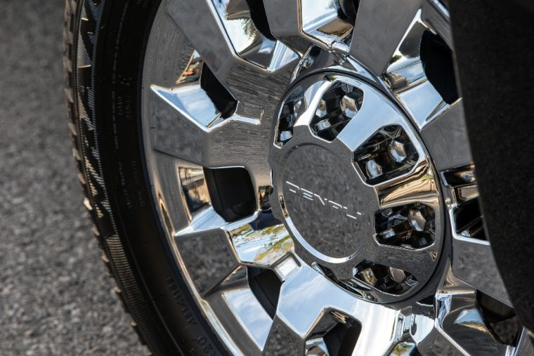 Can a loose wheel cover fall off a moving car?