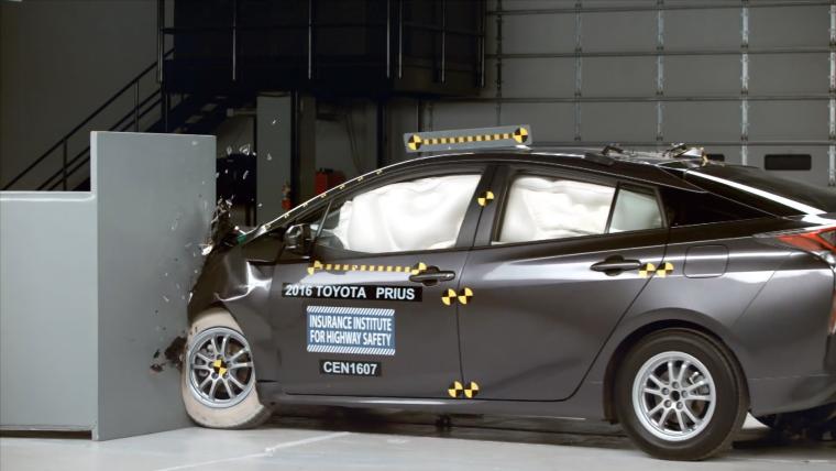 2016 Toyota Prius - IIHS small overlap test
