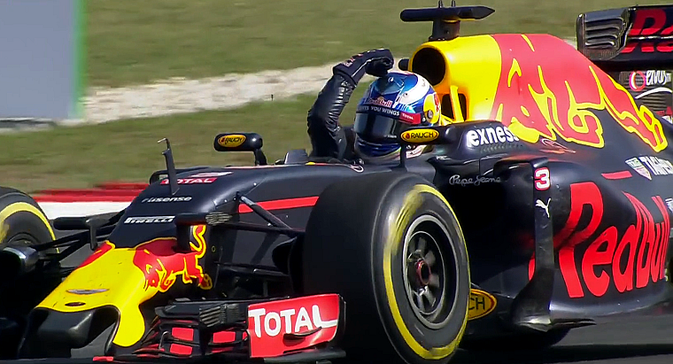 Daniel Ricciardo flexing in the car