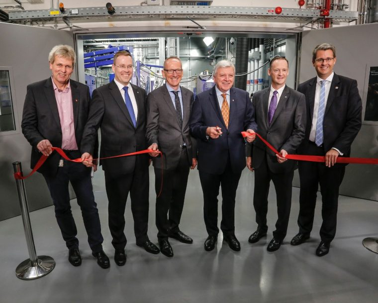 Hessian Prime Minister Volker Bouffier and Opel CEO Dr. Karl-Thomas Neumann put the new Global Propulsion Systems Center in Rüsselsheim into operation.