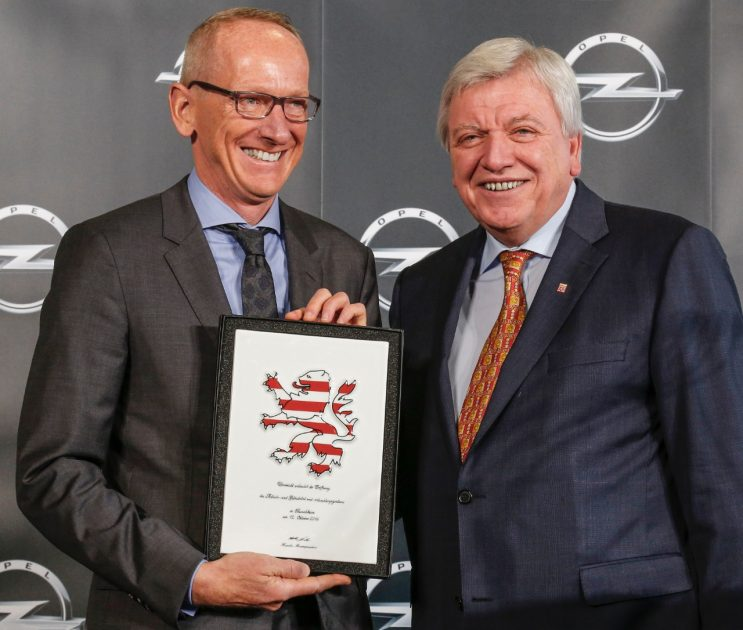 Dr. Karl-Thomas Neumann accepts the Hessian Lion award from Prime Minister Volker Bouffier