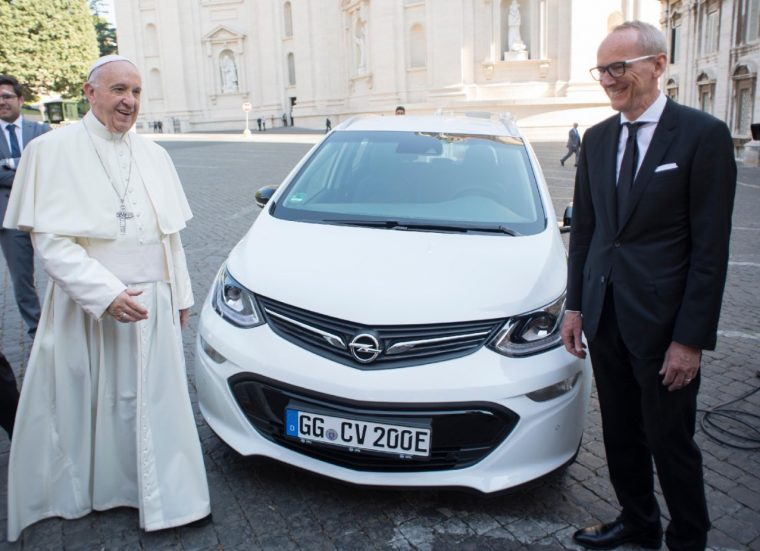 Pope Francis poses with Opel Ampera-e and Opel CEO Karl-Thomas Neumann at Vatican