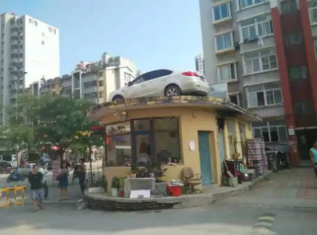 Benxi city China parking dispute car on the roof