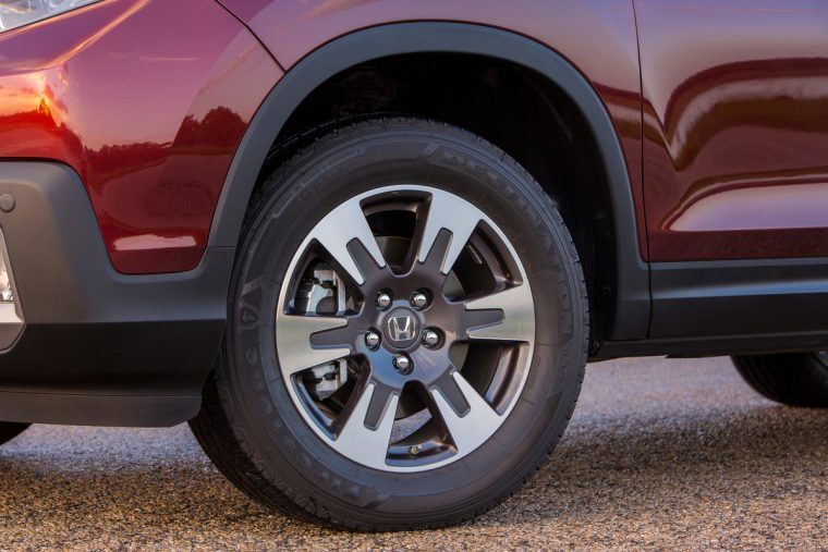 2018 Honda Ridgeline compact pickup truck overview details tire wheel