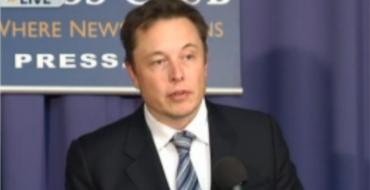 SpaceX CEO Elon Musk Announces Soft Landing, Plans to Sue Air Force
