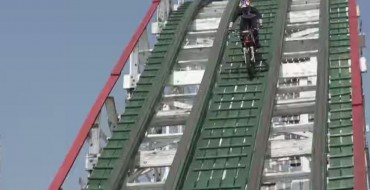 [VIDEO] Daredevil Shows Off His Motorcycle on a Roller Coaster