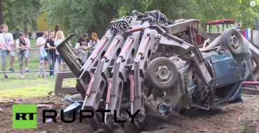[Video] 'The Hand of Man' Used to Smash Cars, Russians Seem Unimpressed