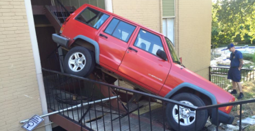 Jeep XJ Goes on Off-Roading Adventure in Apartment Building