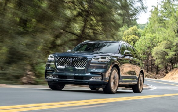 Lincoln Aviator Tours Schitt's Creek in Driving Road Test