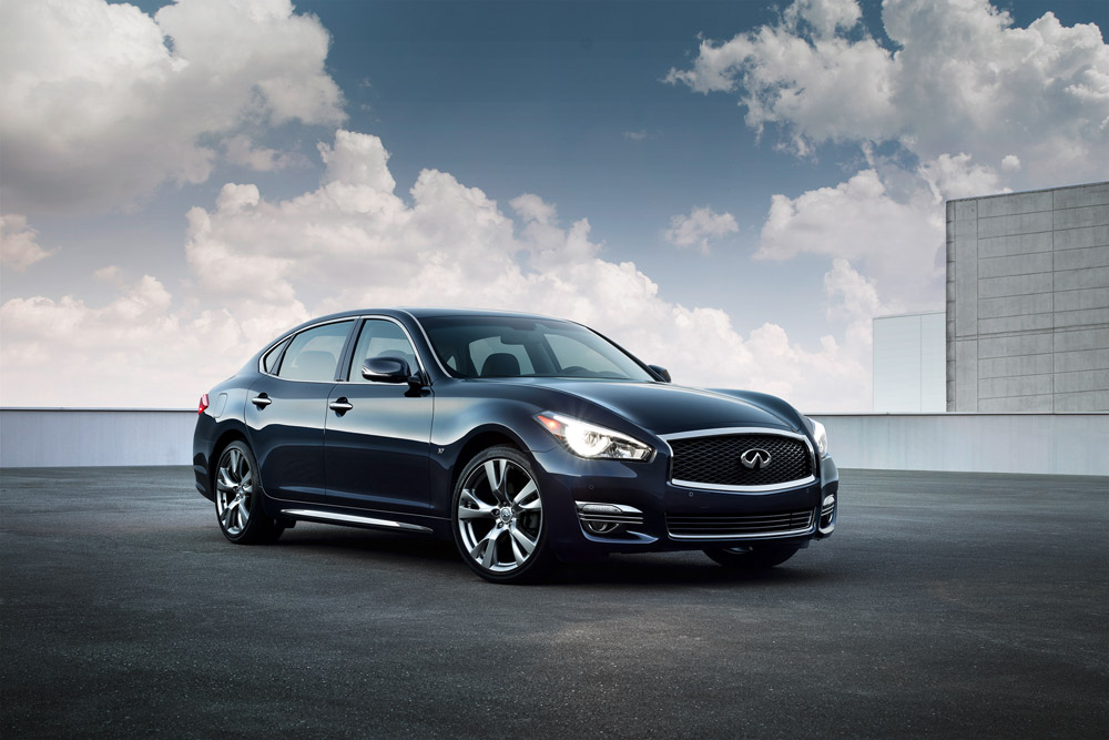 2015 Infiniti Q70 and QX80 at NYIAS
