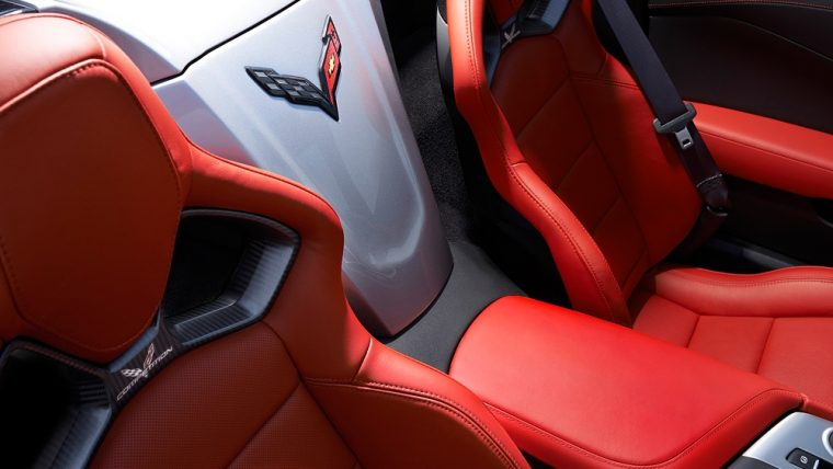 The interior cabin of the 2016 Chevy Corvette Stingray comes with Chevrolet MyLink Radio