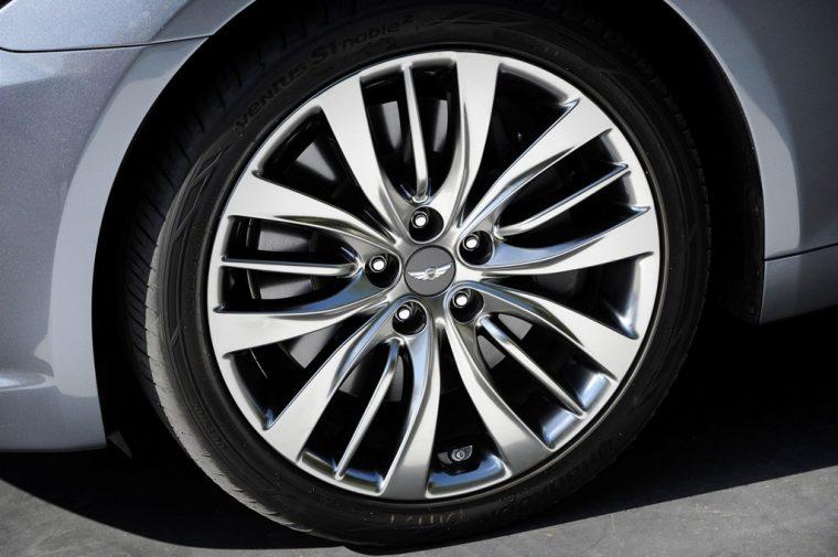 2016 Hyundai Genesis overview wheel