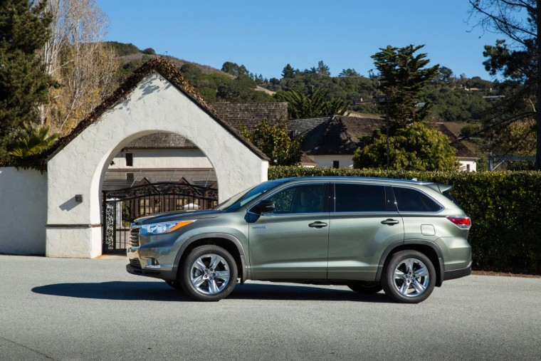 2016 Toyota Highlander Hybrid kbb.com 5-year cost to own awards