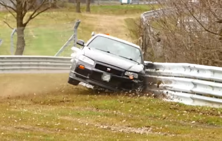 A R34 Nissan Skyline GT-R was caught on film crashing into the metal barrier at Nürburgring