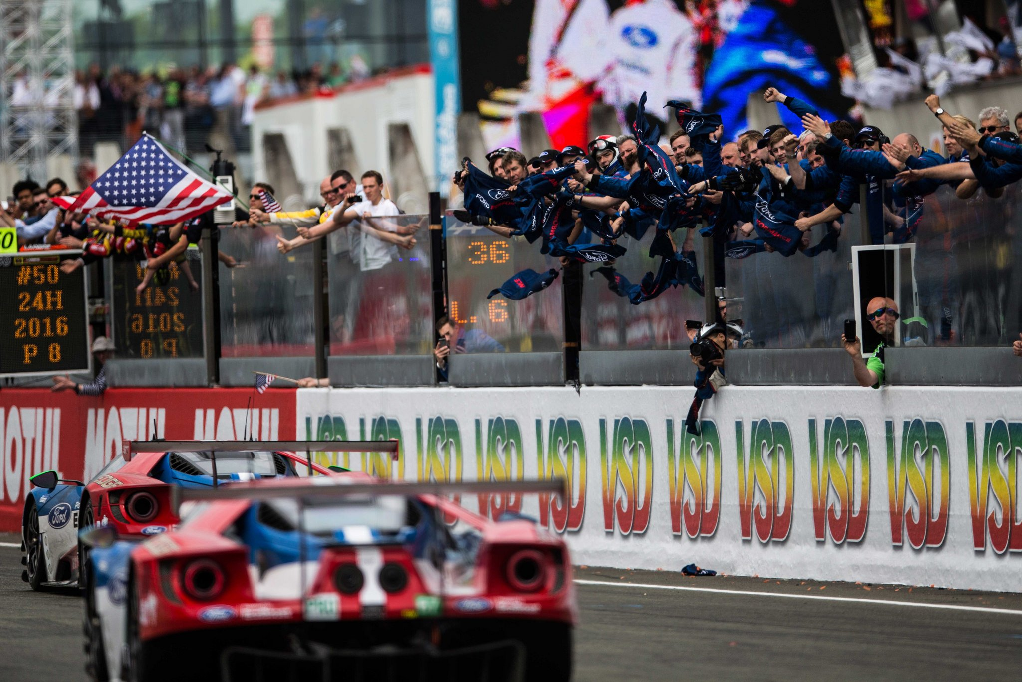 History Repeats Itself Ford Wins At Le Mans Beats Ferrari The News Wheel