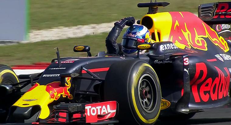 Daniel Ricciardo flexing in the car