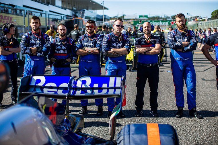 Toro Rosso team behind Kvyat's car at 2019 Japanese GP