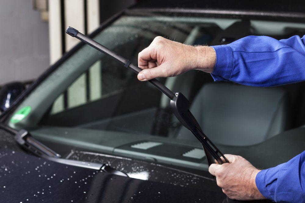 Checking the windscreen wiper