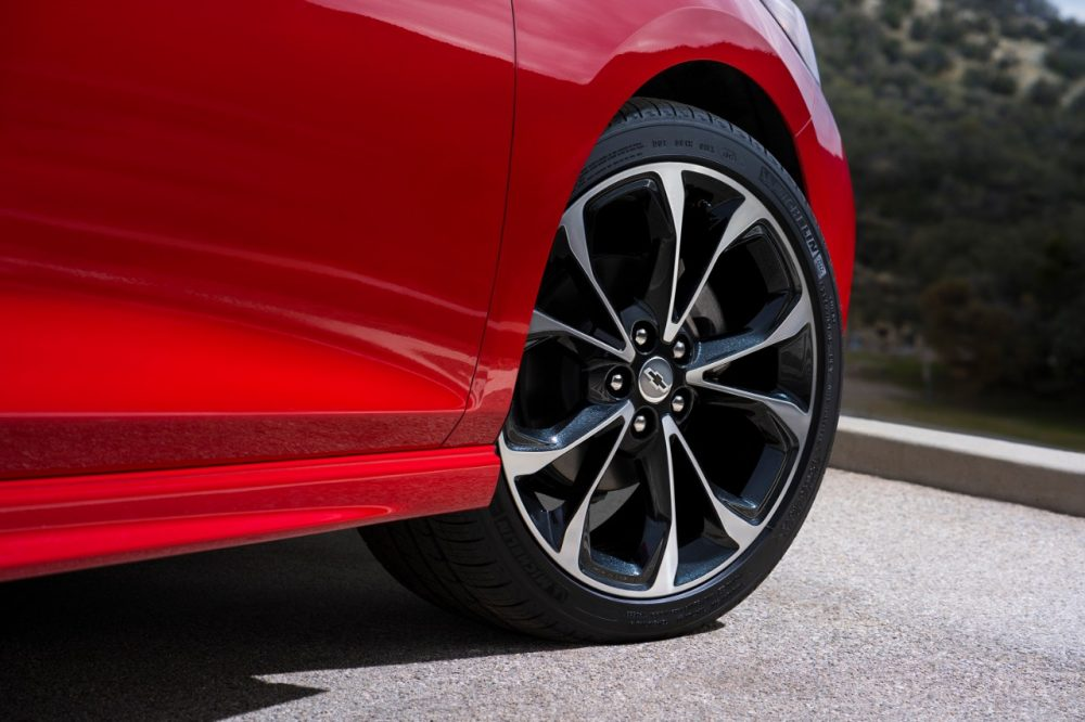 An 18-inch wheel of the 2019 Cruze Hatch RS
