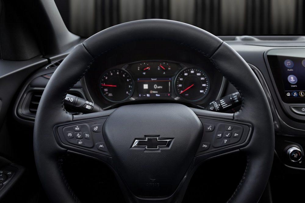 Gros plan sur le volant et l'écran conducteur du Chevrolet Equinox 2022
